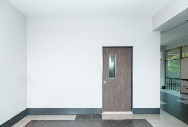 Lesena notranja vrata kot glavni del prostora