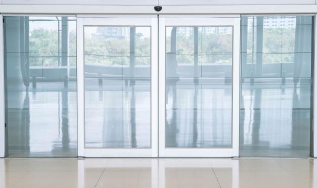 Idealna kombinacija funkcionalnosti in estetike pri vhodnih vratih